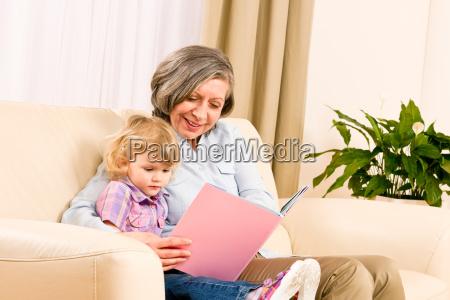 grossmutter und enkelin lesen zusammen buchen