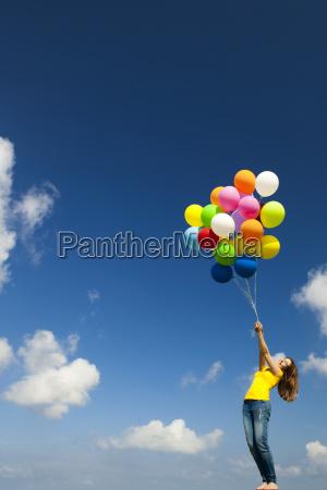 maedchen mit bunten luftballons