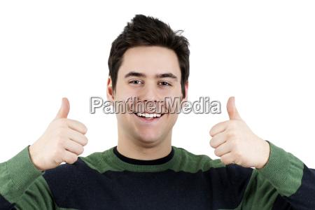 junger kerl mit zwei daumen oben