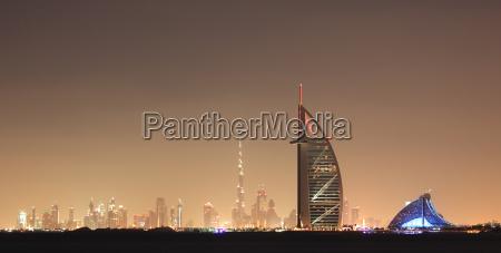 dubai skyline bei nacht vereinigte arabische