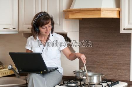 kochen und arbeiten von zu hause