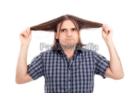 lustige mann zeigt seine langen haare