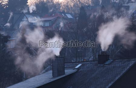 kamine von wohnhaeusern am fruehen wintermorgen
