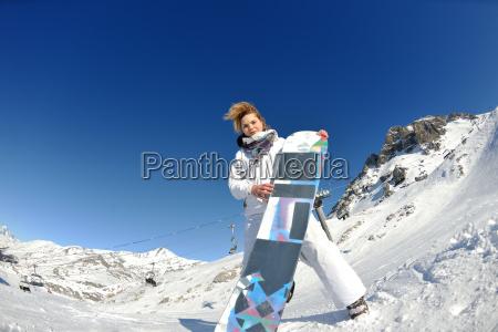 skifahren auf frischem schnee an der