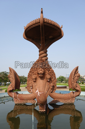 brunnen mit naga skulpturen in phnom