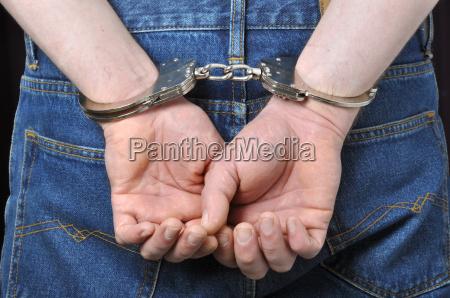 kriminelle haende in handschellen gesperrt