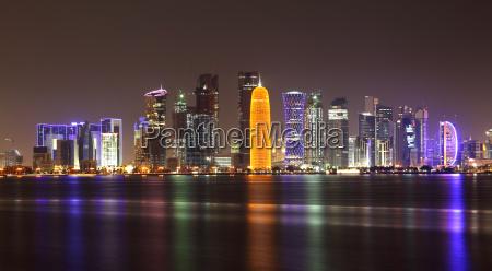 doha skyline in der nacht katar