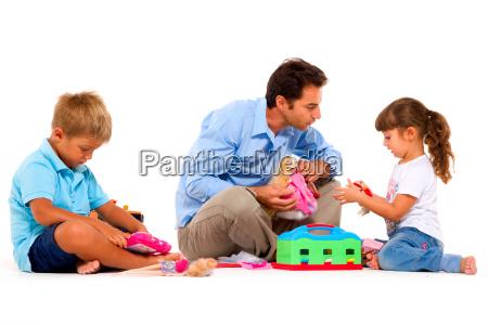 vater mit kindern spielen