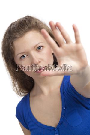 ernste junge frau mit hand zum