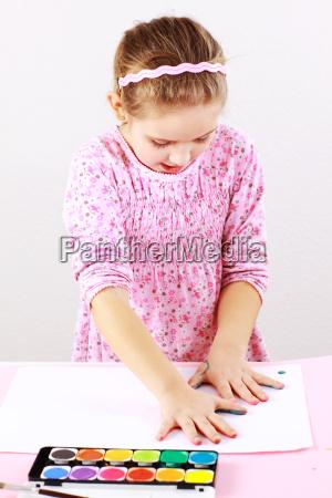 nettes maedchen malen mit wasserfarben