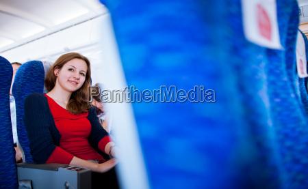 huebsche junge weibliche passagier an bord
