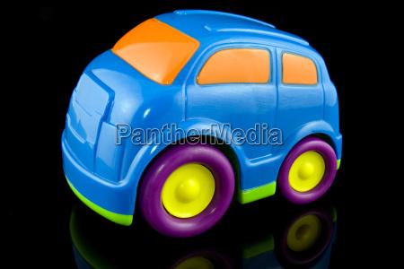 blauem kunststoff auto auf schwarzem hintergrund