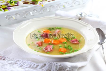 gemuesesuppe mit fleisch und bulgur