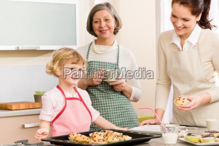 familie frauen kleine kuchen in der