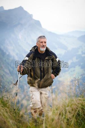 handsome senior bergwandern