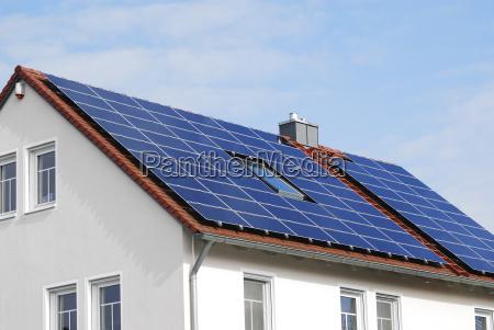 modernes haus dach mit sonnenkollektoren