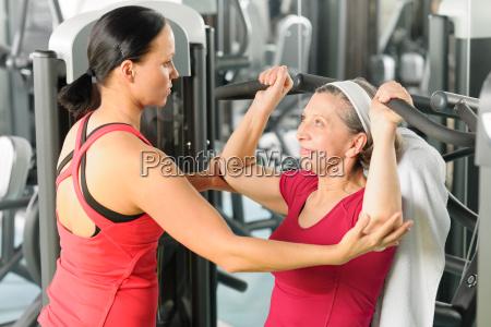 personal trainer unterstuetzen aeltere frau an