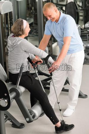 aeltere frau mit hilfe von physiotherapeuten