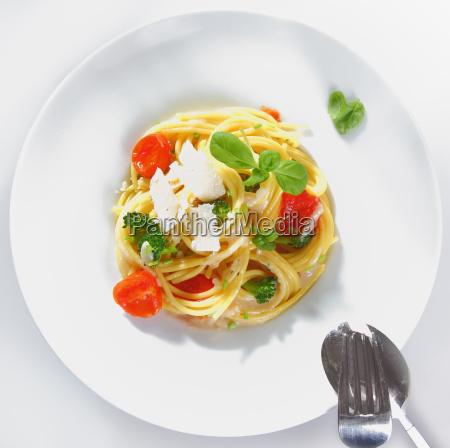 servieren von spaghetti brokkoli