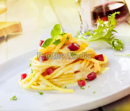 servieren von spaghetti carbonara