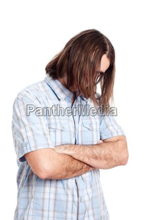 junge langhaarige mann mode portraet