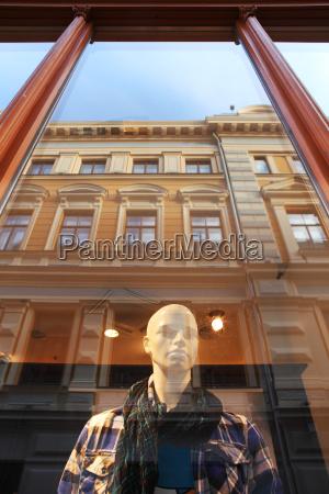 vertikal orientiertes bild von mannequin steht
