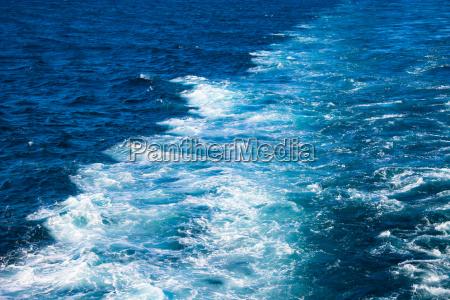 schiffsspuren auf dem wasser