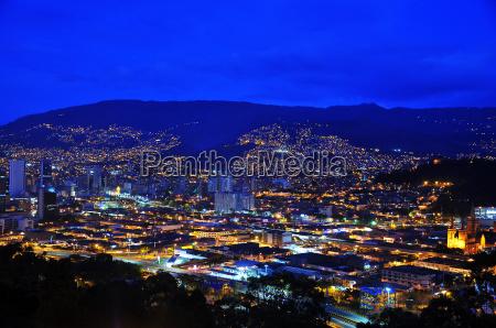 medellin kolumbien bei nacht
