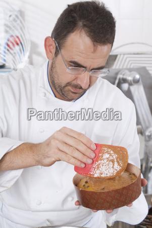 konditor bereitet die panettone zum kochen