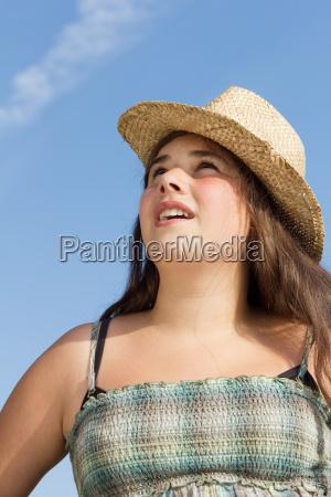 junges teenager maedchen mit sonnenhut