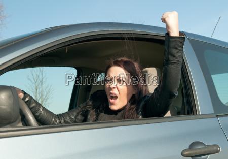 wuetende autofahrerin