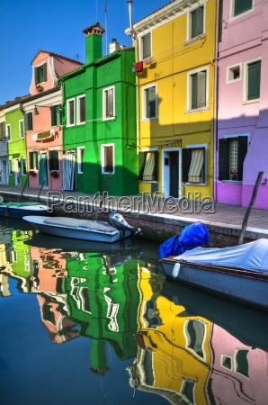 bunte kanalreflektionen in burano italien