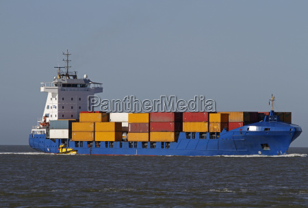containerschiff mit lotsenboot