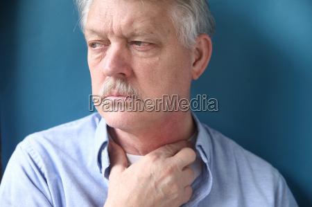 geschaeftsmann mit der hand im hals