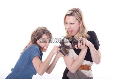 zwei junge frauen streiten sich um