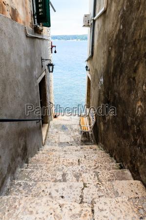 schmale treppe zum meer in rovinj