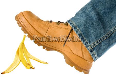 man trat auf bananenschale