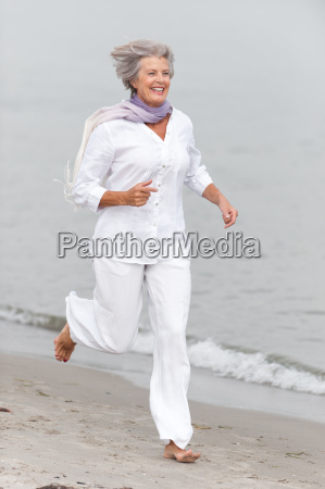 aktive seniorin am strand