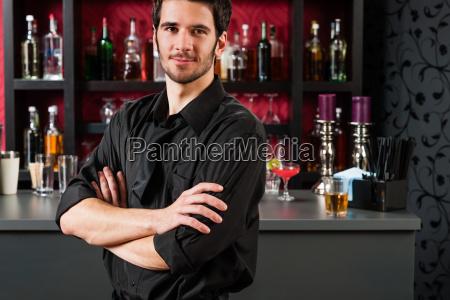 barman in schwarz stehen bei cocktail