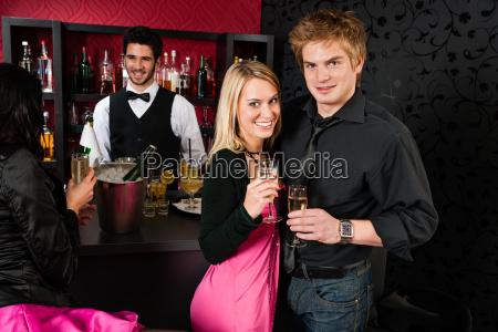 paare die am cocktail bar trinken