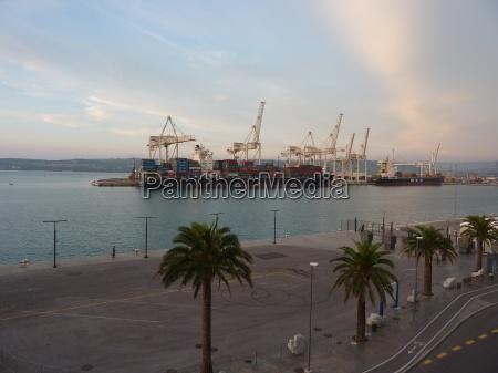 containerhafen mit schiff in koper slowenien