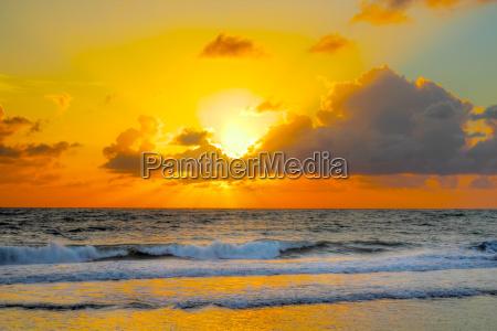 colorfull sonnenaufgang an einem brasilianischen strand