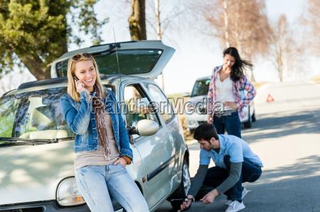 gebrochener radmann hilft zwei freundinnen