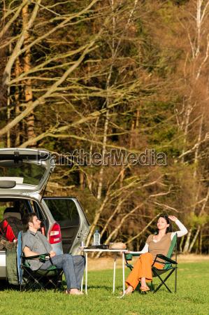camping auto glueckliches ehepaar geniessen sonne