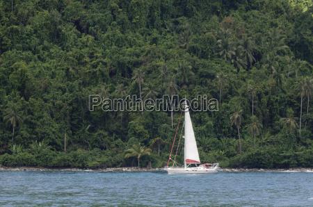 weisses segelschiff mit tropische kueste