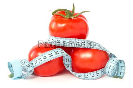 tomaten mit massband verpackt