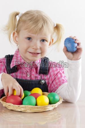 portraet des kleinen maedchens mit ostereiern