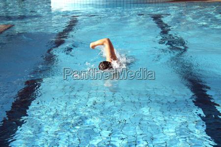 ein mann schwimmt kraulstil