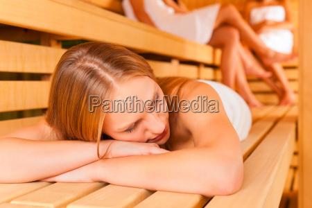 wellness freundinnen in der sauna