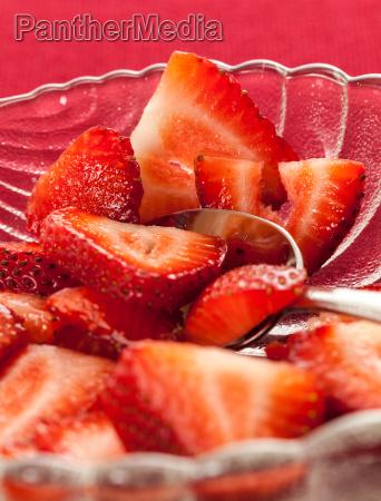 frisch geschnittene erdbeeren in glasschale